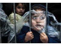 「小難民抓著欄杆快窒息」 攝影師盼尋改變人生的女童