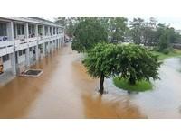 台東卑南國小水淹至腰部 學生大喊:學校淹沒了啦~
