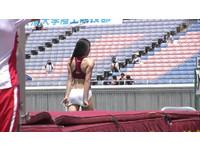 日女大生拉衣遮掩好害羞 運動會「衣褲太緊」成另類焦點