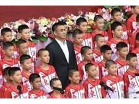 國慶「有你真好」 陳金鋒穿西裝率少棒隊領唱國歌!