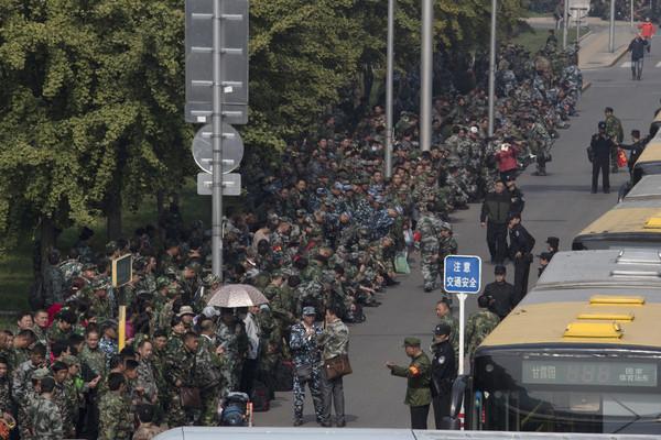 千名退伍军人聚集陆国防部外 静坐要求改善待