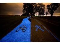 梵谷《星夜》再現!數萬顆磷光體組成波蘭「夜光車道」
