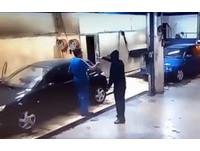 霸氣老闆槍回敬「持刀」入室搶匪 要他擦完車才准走!