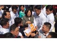 蔡英文出席台中鐵路高架啟用遭抗議 民團下跪:救救我們