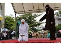 印尼亞齊省6對情侶未婚擁抱、親吻 公開鞭刑20下!