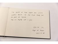 圖/向泰王致哀! 柯文哲赴泰國辦事處鞠躬、親筆留言