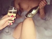 壯男抓「鮭魚」與辣妹泡澡 這照片吸日本10萬人討論