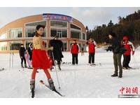 凍人妹/零下20度滑雪場 紅裙低胸「凍人妹」耍萌搶鏡