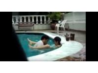 濕意滿滿!公共泳池大秀「水中推車」 白衣男嗨成痴樣
