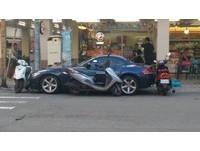 BMW停超商門口紅線 3機車「團團包圍」嗆:有錢三寶!