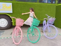 新亮點好好拍!台中草悟廣場多了草皮巴士和彩虹單車