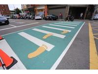 「綠斑馬線」爬滿超Q黃腳ㄚ 台中馬路美翻了!