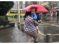「奶奶為孫子打傘」畫面爆笑 網:冷冷冰雨在臉上胡亂拍