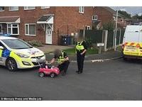 我很乖! 英國9個月大女嬰開車上路被警察抓「酒駕」
