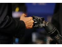 義肢也能有感受 4個晶片讓癱瘓10年的手再度復活