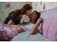 「藍瘦香菇」哥不菇了! 與女友秀恩爱「床照」曝光