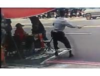 警察在看還敢搶 男子一把抓走整疊彩券