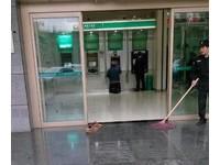 ATM地板剛拖 工人拖髒鞋跪地:我心是乾淨的!千人看哭