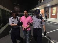 快訊/王奕凱翻進立法院被抓 警方從側門放人!