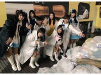 東京涉谷萬聖之夜後滿街垃圾 女優團體穿大衣「掃街」