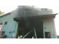 五股獨棟鐵皮傢俱行驚竄大火! 延燒2層樓1員工吸濃煙嗆傷