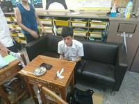 老師斥要坐好好坐…成功高中同學超狂 霸氣搬沙發進教室!