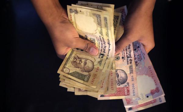 禁止臨櫃兌鈔 印度盧比貶值創2013年來新低