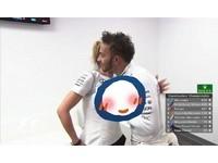 巨乳逼近!F1賽車手伸出「擋乳手」 女網友融化:好紳士