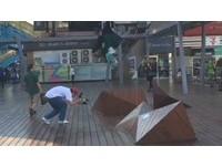 裝置藝術變遊樂場? 青年溜滑板、小朋友也當溜滑梯