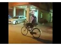 戴全罩騎菜籃腳踏車!「真人兩津」認真快踩...他追拍笑翻