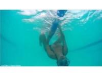 比基尼正妹美乳「滑出」見客 網友:沒學到游泳但好棒