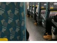 高鐵驚見一排3人撞「黃靴+黑褲」 網笑:時下最流行穿搭