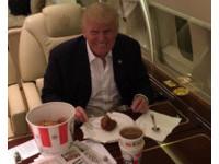 改不了用刀叉!川普愛吃肯德基「炸雞裝盤」打卡露齒笑