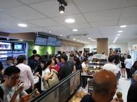 馬來西亞首間全家開幕人潮爆滿 「免治廁所」網讚太先進