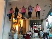 府城童裝店前娃娃「集體上吊」 網:5個一起 何其壯觀