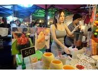 晃美乳榨果汁!泰國夜市「冰沙姬」羞澀甜笑 男客瘋擠朝聖