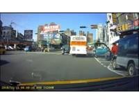 廂型車違停槽化線 駕駛突開車門...公車擦撞「開花」紓壓