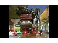 超憋!6車變形擠上貨車 網友貼照釣出警「霸氣」回應