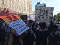 反對立同性婚專法 台大學生喊要在校門口升六色彩虹旗