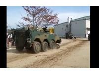日自衛隊九州公開演習 96式裝甲車輪子「無碰撞飛出」