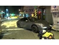 保時捷911GTS和小黃碰撞衝騎樓 2輛車都很慘