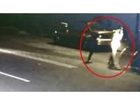 男女逆向走馬路「白光一閃」… 機車撞上3人全倒