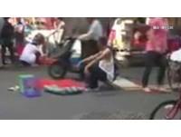 斑鳩擺雙黃線上賣 淡水老街超狂小販嗆:叫警察來啊!