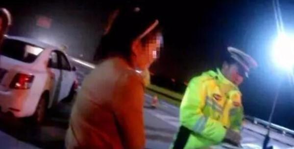 山东女大街脱光露胸还扑向警员 企图装傻躲避酒测