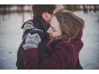 冬天是談戀愛的季節! 研究:男人會覺得女人「特別美」