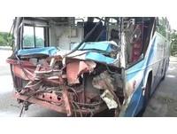 員林客運撞砂石車 駕駛衝破擋風玻璃掛車頭慘死