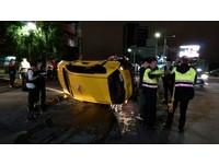 下洲美橋「搶黃燈」左轉 計程車被馬3「撞翻180度」