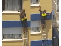 梯子太短!巴西快遞員扶建物外牆 拯救卡3樓窗邊灰貓