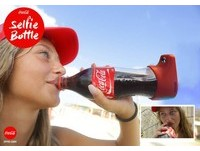 邊喝可樂邊自拍♥ 人生兩大「享受」一次滿足~