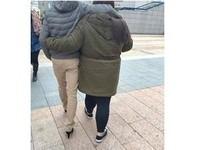 心疼女友腳痛 暖男高雄鬧區「冒寒流」穿高跟鞋回家
